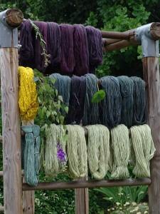 Pflanzengefärbte Wolle und Seide