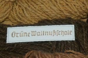 Walnuss, Juglans regia, gefärbte Wolle