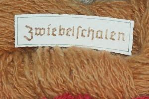 Zwiebel, Allium cepa, gefärbte Wolle