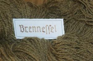 Brennnessel, Urtica dioica, gefärbte Wolle