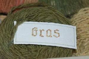 Gras, gefärbte Wolle